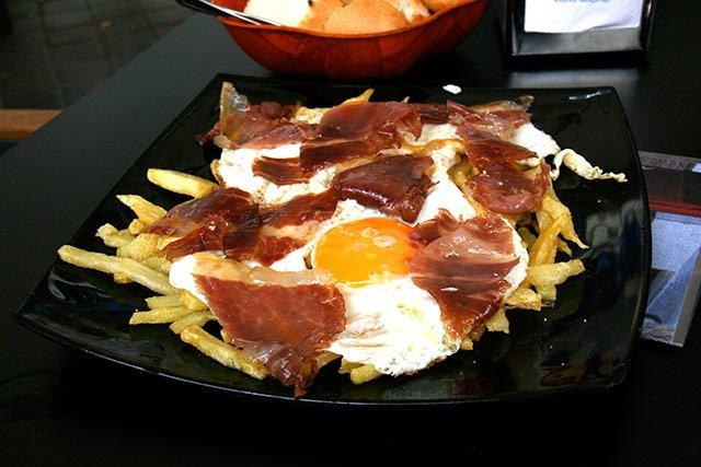 tapas típicas de Madri: huevos rotos