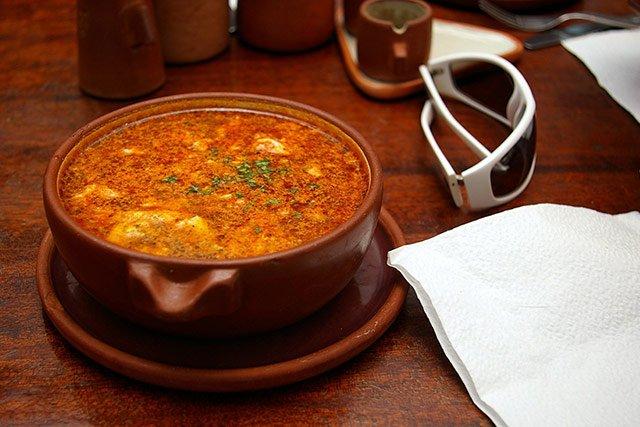 pratos típicos de Madri: sopa de ajo